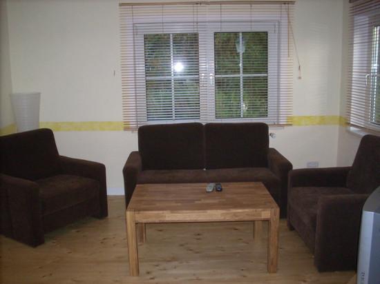 sch nes wohnzimmer mit echtem holzfu boden. Black Bedroom Furniture Sets. Home Design Ideas